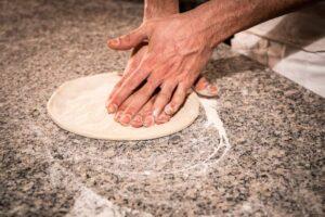 stesura impasto pizzeria trofarello pizza e arte, impasto leggero