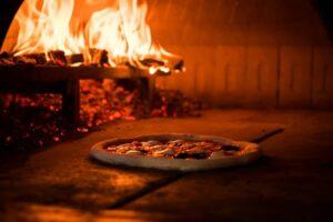 cottura in forno a legna pizza ea rte trofarello