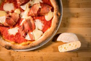 pizza leggera trofarello, speck e tomino